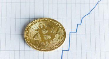 Bitcoin saltó 8% por tensión en los mercados